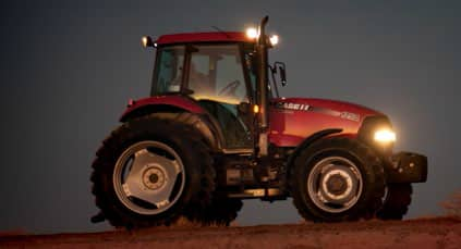 //assets.cnhindustrial.com/caseih/MEXICO/MEXICOASSETS/Our-Products/Tractors/Farmall-100A-Series/HotSpotPictures/TRABAJO%20DE%20D%C3%ADa%20y%20NOCHE.png