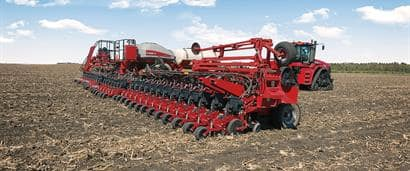 //assets.cnhindustrial.com/caseih/NAFTA/NAFTAASSETS/Products/Planting-and-Seeding/2000-Series-Early-Riser-Planter/Images/Early%20Riser%20Planter%202160%20and%20Steiger%20500_0493_01-16.jpg?width=410&height=171