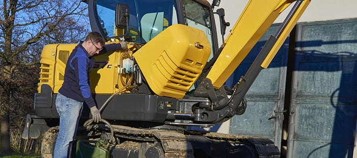 mini-crawler-excavators-maintenance-03.jpg